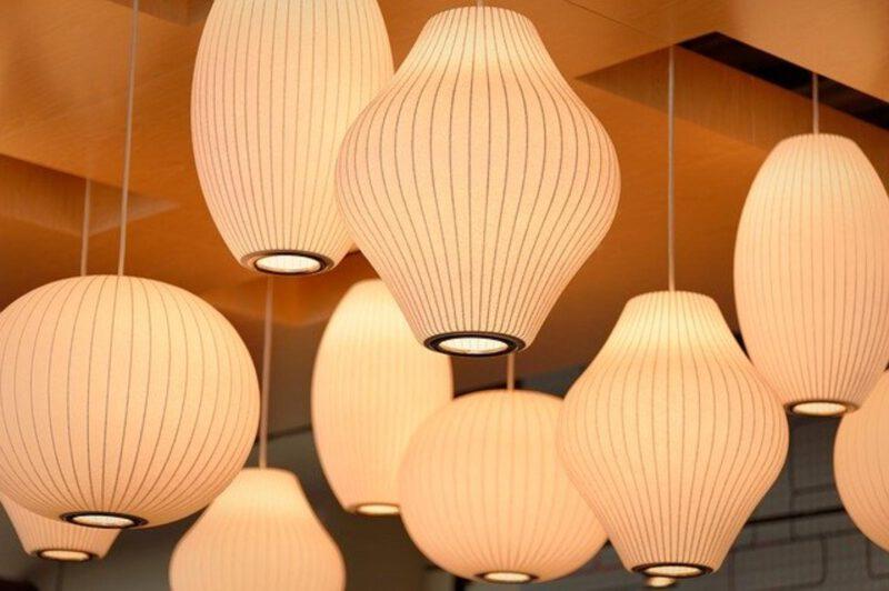 Korzystne oświetlenie wnętrza a położenie domu